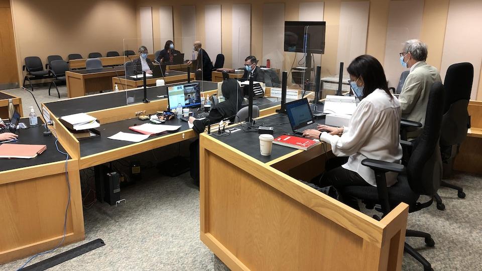 La coroner Géhane Kamel et d'autres personnes dans la salle de cour.
