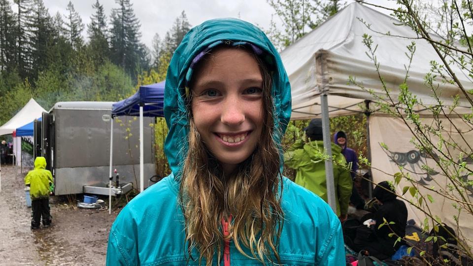 Audrey Mott en manteau de pluie.