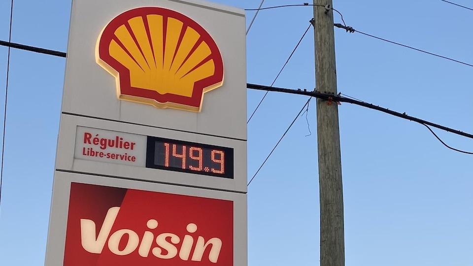 L'affiche d'une station-service avec le prix de l'essence.