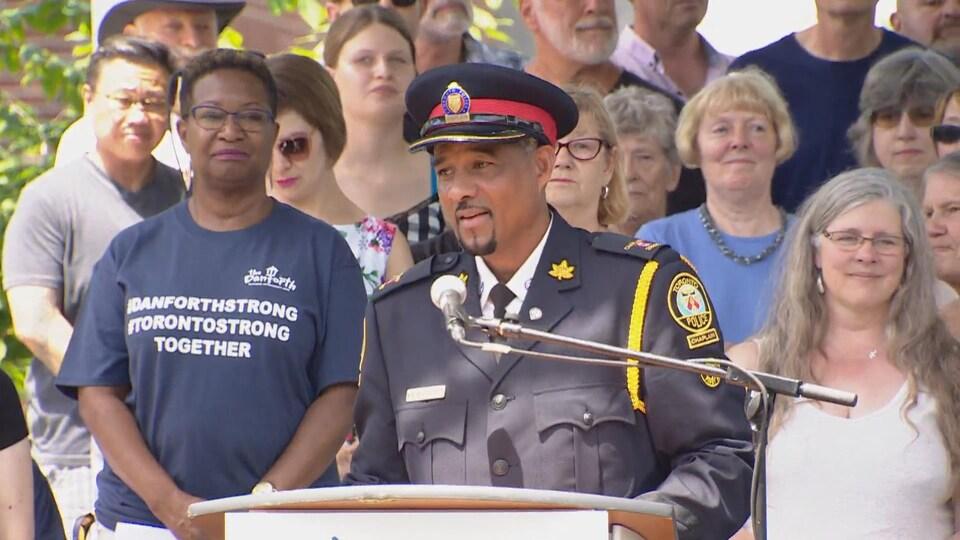 Un homme en uniforme de policier
