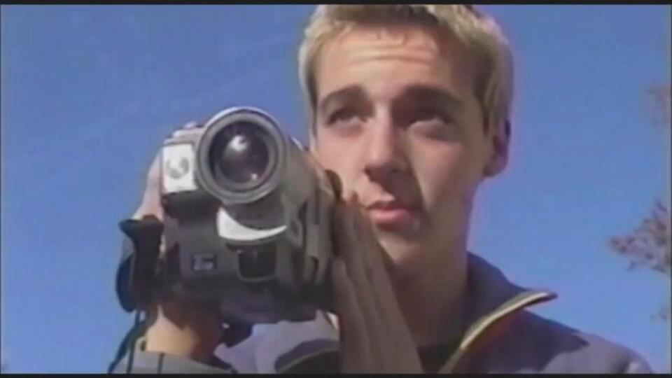 Marco lorsqu'il était plus jeune, avec une caméra dans les mains.