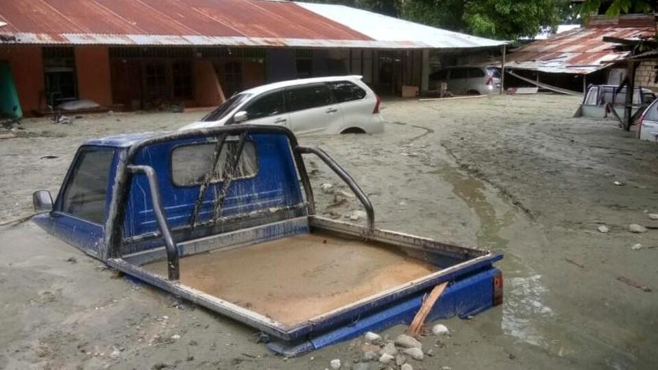 Une voiture submergée à Sentani, en Papouasie.