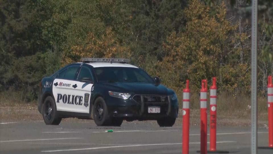 Une voiture de police stationnée près du centre K. C. Irving.