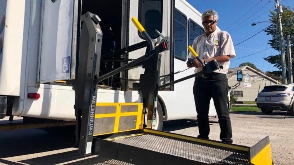 Une personne fait usage d'un ascenseur installé dans un autobus