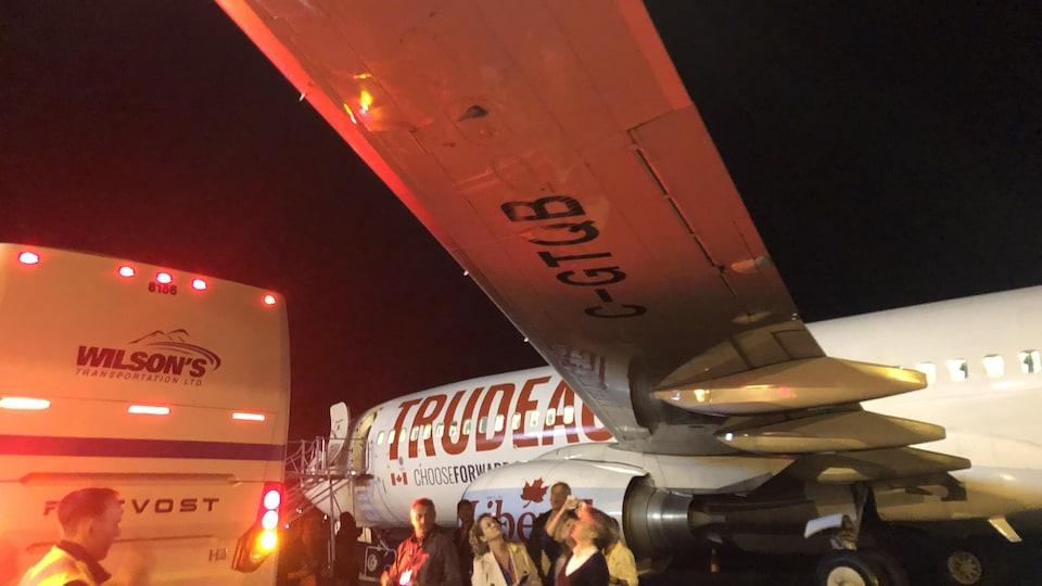 Un autobus a accroché le dessous de l'aile d'un avion.