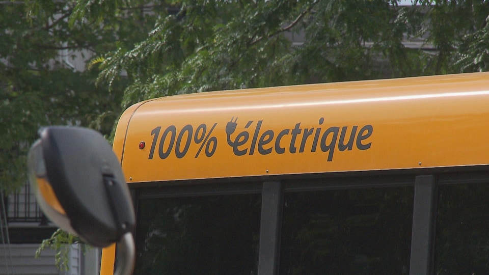 La Commission scolaire Chemin-du-Roy met en service vendredi sept autobus électriques.