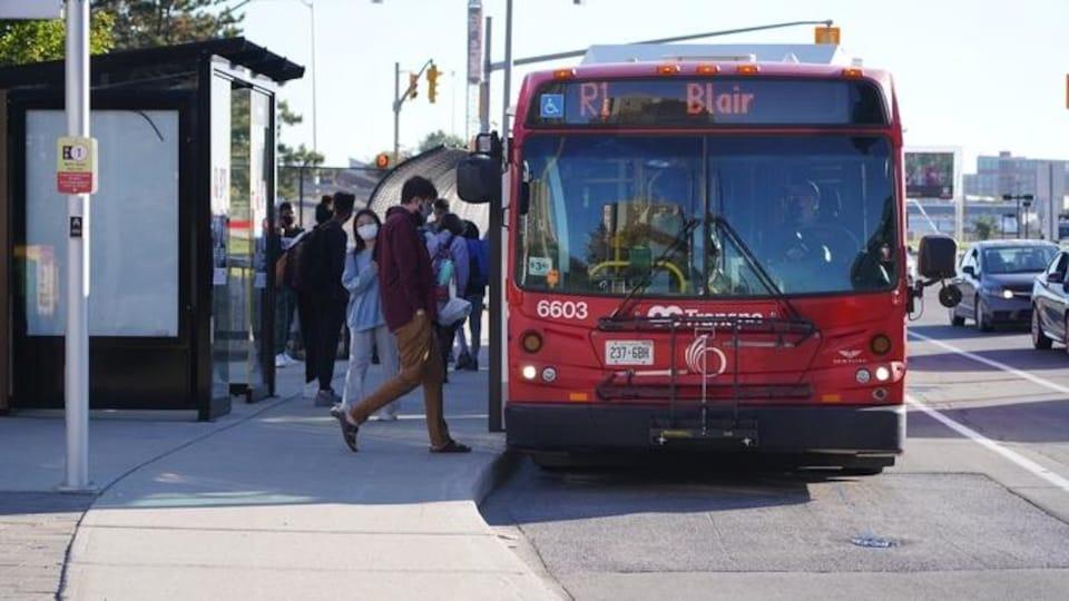 Un autobus d'Oc Transpo indiquant R1 Blair.