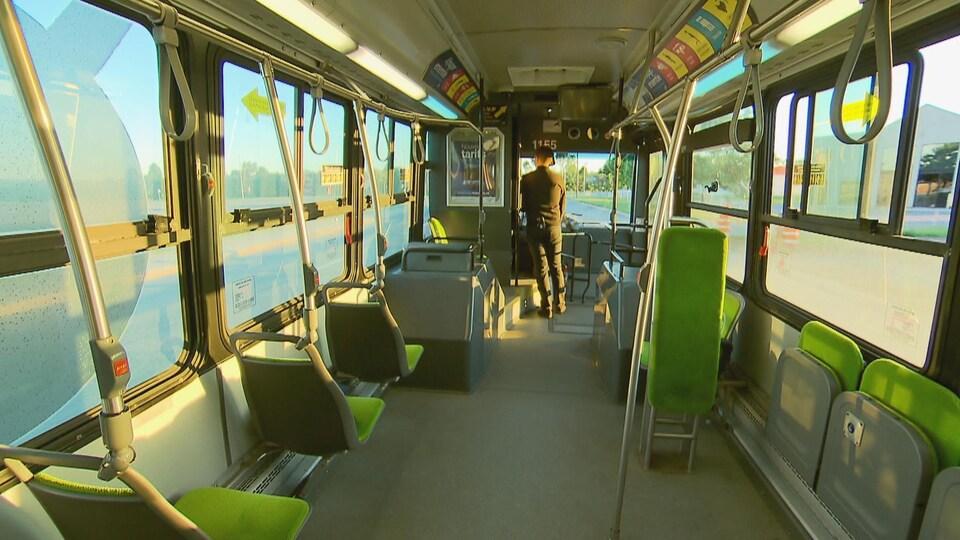 Intérieur d'un autobus du RTC tôt le matin