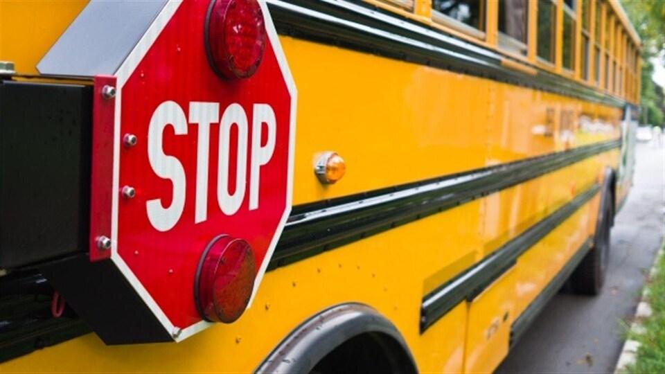 Gros plan d'un autobus scolaire jaune.