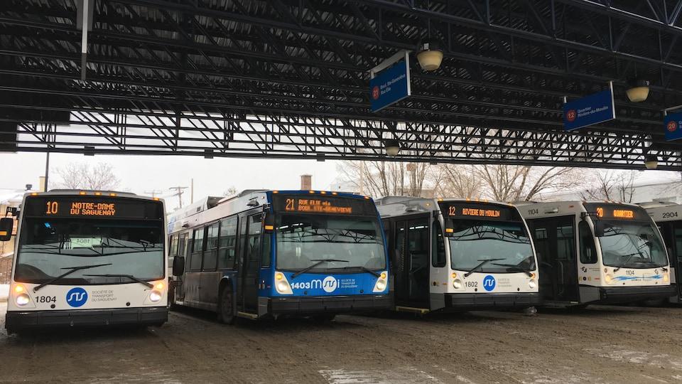 Des autobus sont garés au terminus de Chicoutimi de la Société de transport du Saguenay.