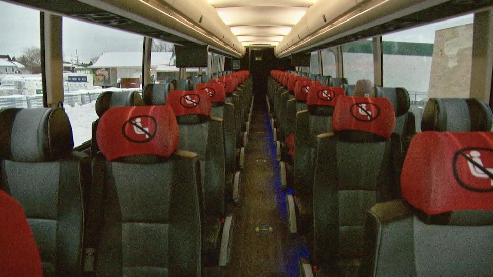 L'intérieur d'un autocar. La moitié des sièges est inaccessible en raison de la pandémie.