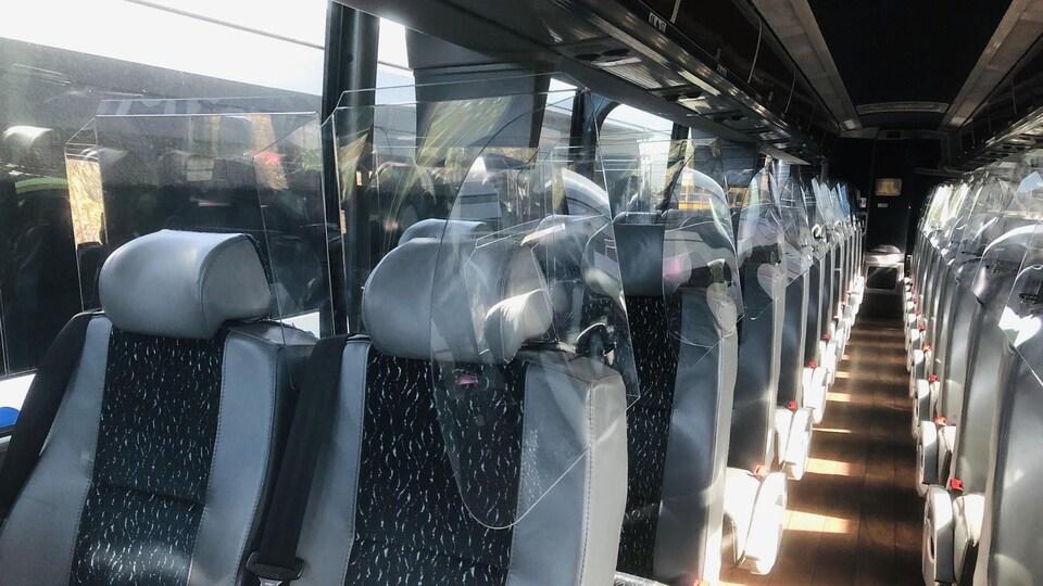 Du plexiglas a été installé autour des sièges, à l'intérieur de l'autobus.