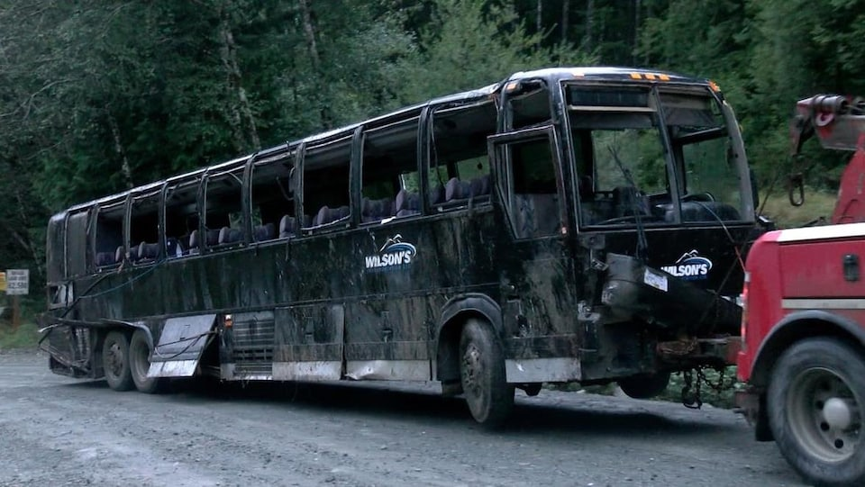 Un autocar est remorqué suivant un grave accident de la route.