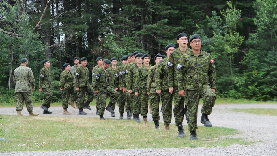 Des militaires en rang marchent au pas à la base Valcartier.