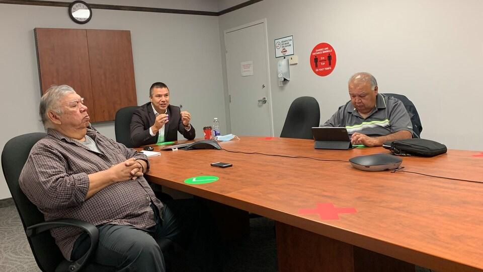 Le chef du Conseil des Atikamekw de Manawan, Paul-Émile Ottawa, le grand chef du Conseil de la nation atikamekw Constant Awashish et le chef de la communauté de Wemotaci, François Néashit écoutant la conférence sur le racisme dans les soins de santé.