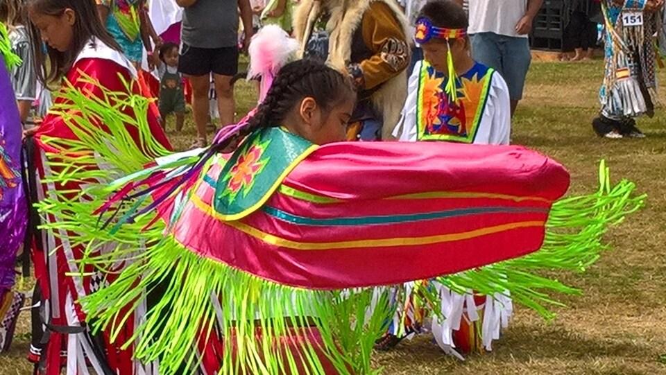 Une danse lors d'un pow-wow de la Première Nation de Squamish en Colombie-Britannique