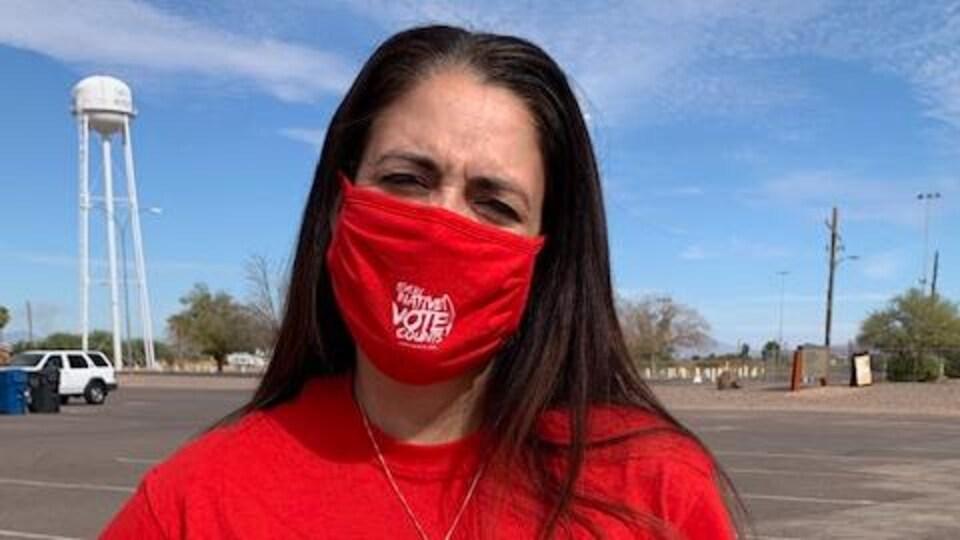 Patty Ferguson-Bohnee, porte un tee-shirt rouge avec l'inscription chaque vote autochtone compte.