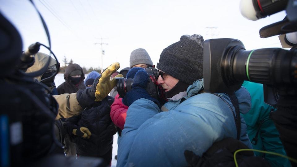 Des manifestants pro-autochtones à Saint-Lambert refusent d'être filmés ou pris en photo par les professionnels des médias.