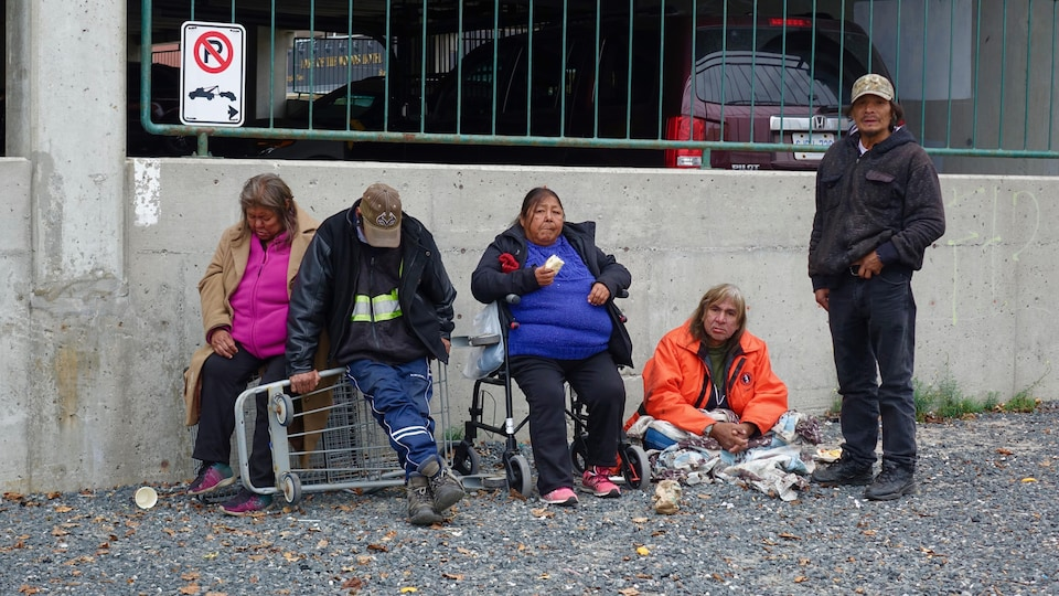 Des Ojibwés dans le centre-ville de Kenora, dans le nord-ouest de l'Ontario.