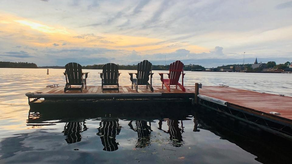 Un quai flottant avec quatre chaises longues sur le Lac des Bois à Kenora, dans le Nord-Ouest de l'Ontario.