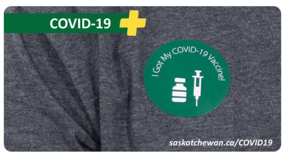 Autocollant sur un t-shirt affirmant que la personne a été vaccinée contre la COVID-19.