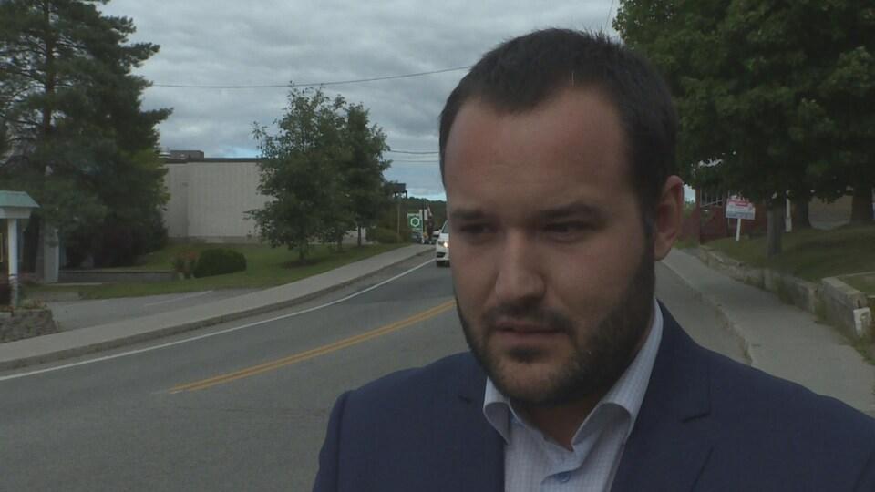 Mathieu Lacombe répond aux questions d'un journaliste.