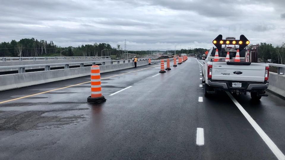 Une nouvelle autoroute à deux voies est prête pour l'ouverture.