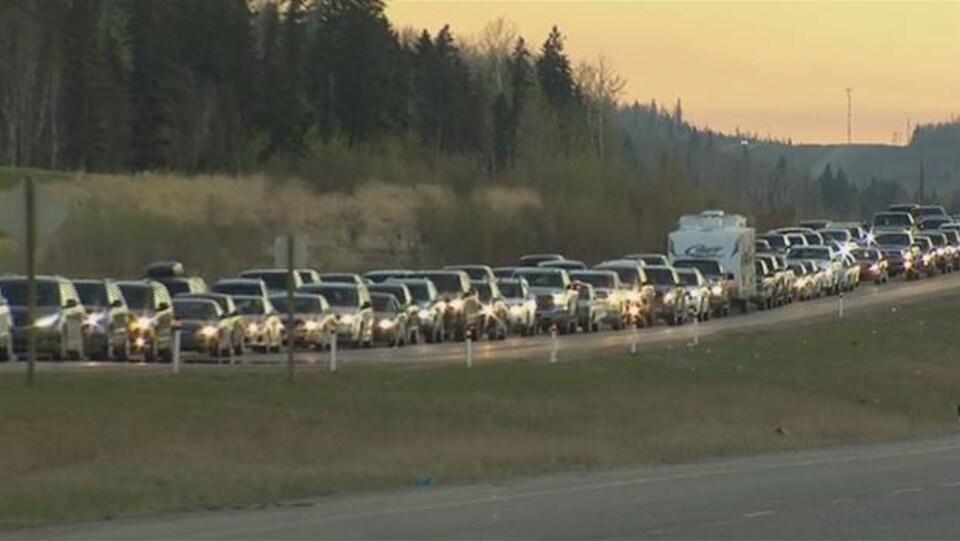 Des voitures font la file pour quitter Fort McMurray, durant l'évacuation rendue nécessaire par un feu de forêt en mai 2016.