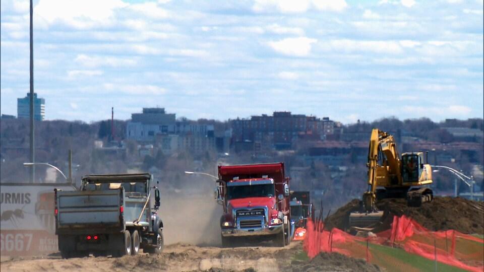 De la machinerie lourde à l'oeuvre sur le chantier d'élargissement de l'autoroute Henri-IV à Québec, le 11 mai 2020