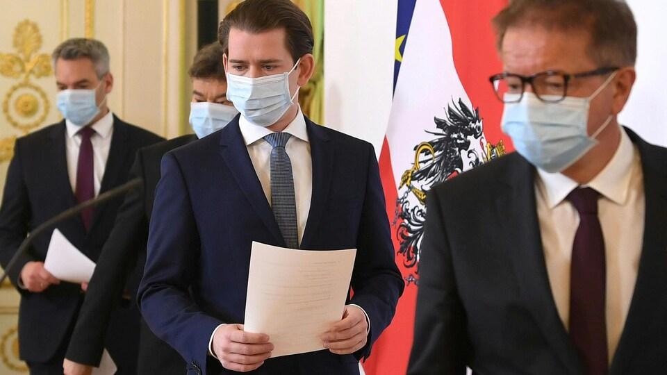 Le chancelier autrichien Sebastian Kurz et d'autres ministres arrivent masqués pour une conférence de presse.