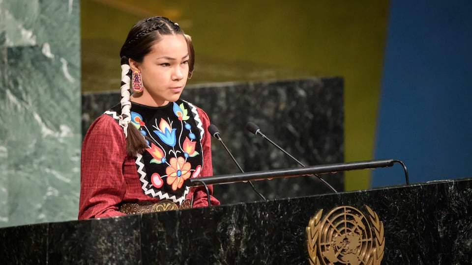 Autumn Peltier derrière un podium des Nations unies.
