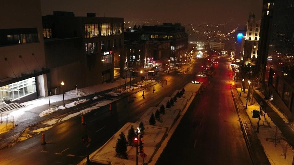 L'avenue Honoré-Mercier est presque déserte un soir de couvre-feu.