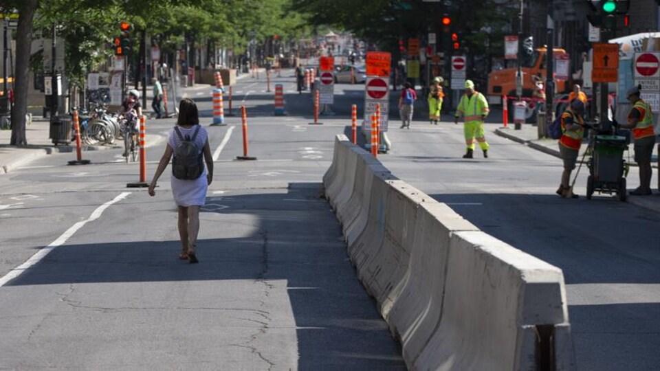 Des blocs de béton et beaucoup de signalisation sur l'avenue du Mont-Royal à Montréal.