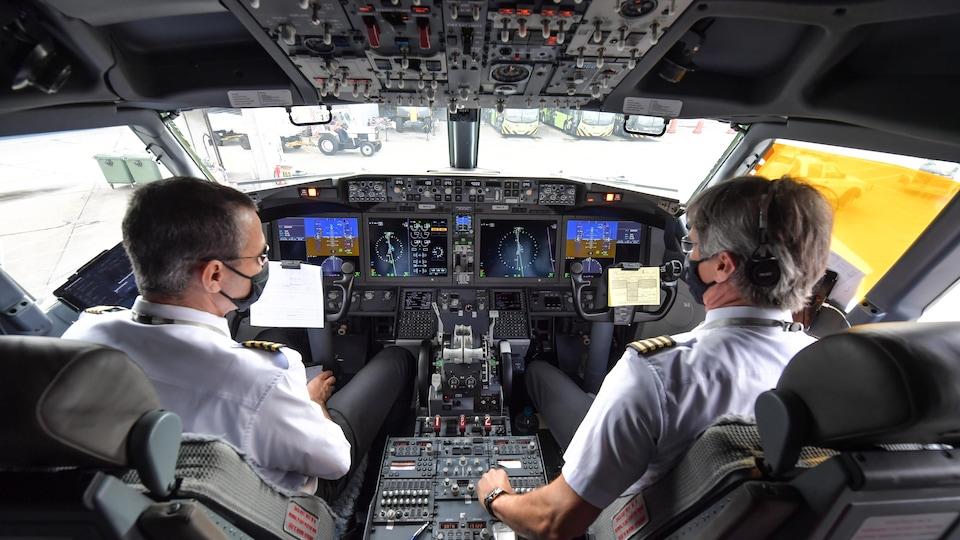 Des pilotes dans le cockpit d'un avion.