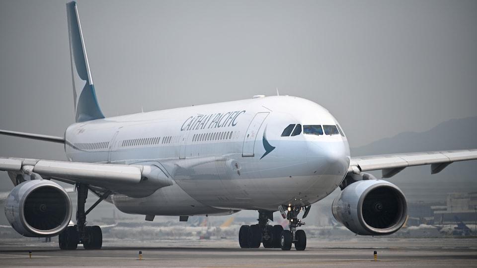 Un avion de Cathay Pacific Airlines sur le tarmac.