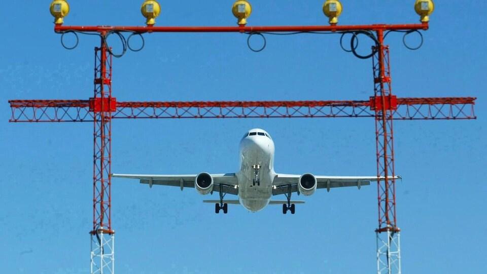 Un avion s'approche, sur le point d'atterrir.