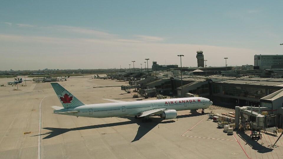 Un avion d'Air Canada sur le tarmac de l'aéroport de Montréal