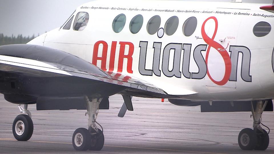 Un avion de la bannière « Air Liaison »