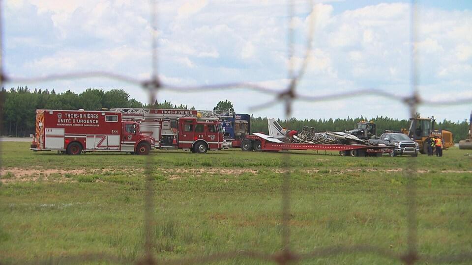 Pompiers et carcasse de l'avion