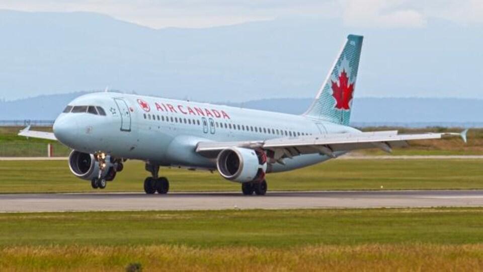 Un avion d'Air Canada qui décolle.