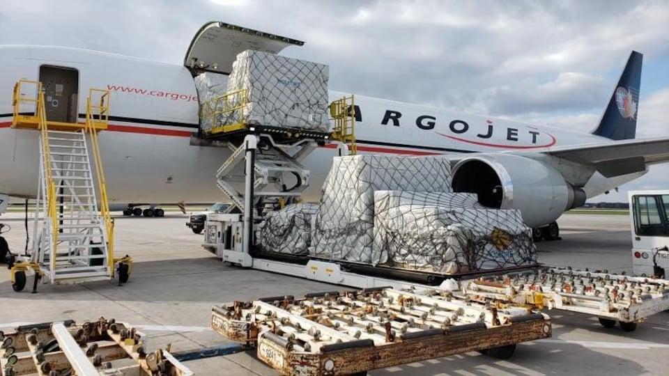 Une cargaison débarquée d'un avion.