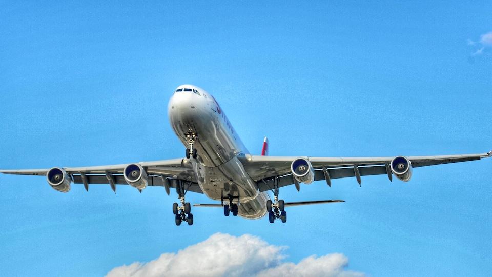 Un avion dans le ciel.