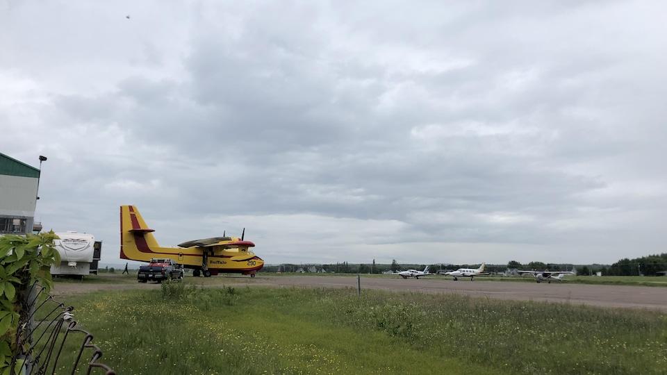 Un avion-citerne est sur le tarmac de la base de Roberval.