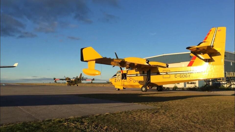 Un avion-citerne pour combattre les incendies de forêt en Ontario.