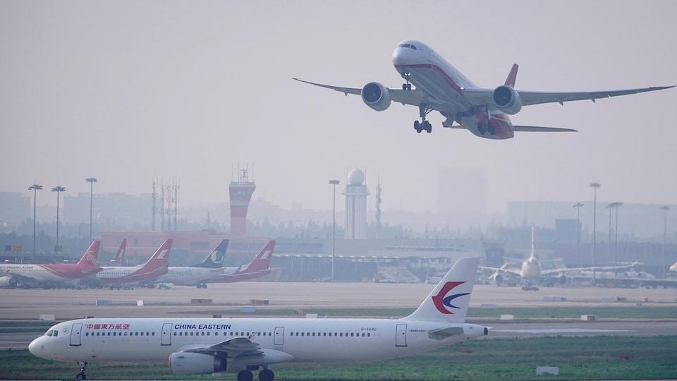 Un avion décolle; d'autres sont au sol.