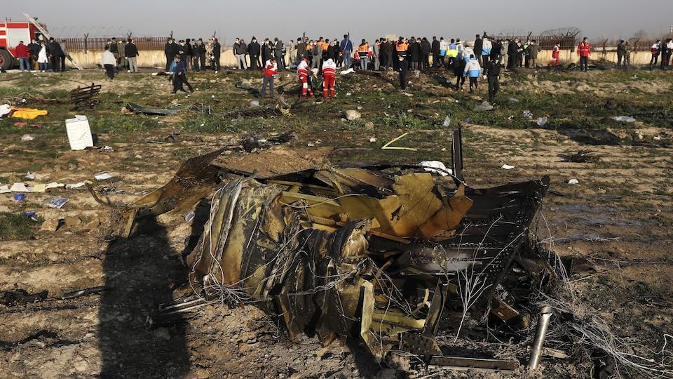 Des débris d'un avion dans un champ.