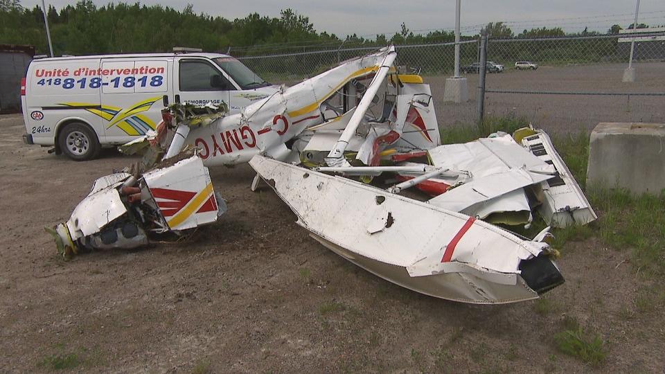Les restes de l'avion de Martin Paradis après avoir été remorqué.