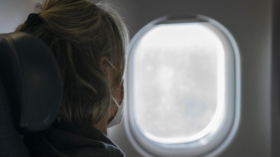 Une passagère portant le masque dans un avion d'Air Canada.