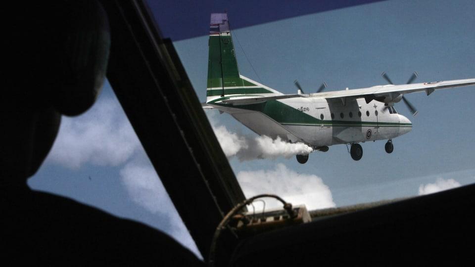 Un avion ensemence des nuages.