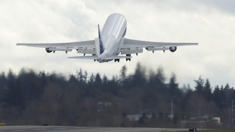 Un avion qui s'envole